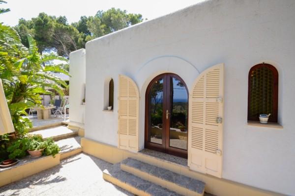 Ferienhaus Cala Ratjada Terrasse mit Blick zum Grillplatz und zum Meer